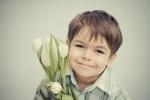 Uśmiechnięty chłopiec z tulipanami